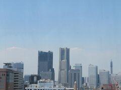 産業貿易センターのすぐ隣の先端が緑色のドームになっている塔は 横浜3塔のひとつ、横浜税関(クイーンの塔)  (つづく)