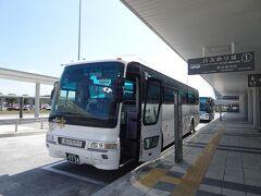 旭川空港からバスで旭川駅へ(630円)。乗車券は自動券売機でキャッシュレス購入できました。