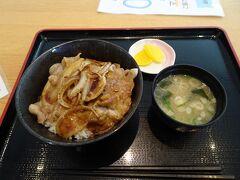 バスの乗継時間に旭川駅構内の食堂で昼食。豚丼を頂きました。