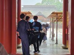 大雨で本殿が霞んで見えます。