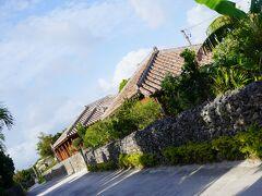 石垣と赤い瓦屋根の集落