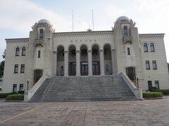 ●豊橋市公会堂@豊橋公園界隈  豊橋を代表する建築物、豊橋公会堂です。 1931年に完成し、大規模な空襲からも焼け残ったそうです。 外観など、当時のままなんだそうです。 ドラマや映画の撮影にも使われるようで、朝ドラ「エール」でも使用されたようです。