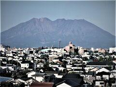 鹿児島市内に入って、慈眼寺駅近くの県道219号線から桜島をのぞみます。