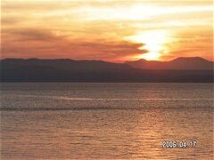 4月17日 AM 6時 指宿シーサイドホテル室内より、大隅半島から日が昇ります。