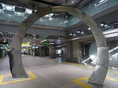 都庁前駅に着いたヨ。 このオブジェは、「幻想のオアシスー光の輪ー」という名前らしいヨ。