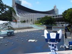 会場No.③ 国立代々木競技場(代々木第一体育館) 競技:ハンドボール 東京1964大会で水泳とバスケットボールの会場として使用されました。 高張力による吊り屋根に特徴がある建物で、 現在でもオリンピックレガシーとして世界的に高い評価を受けています。  「4トラベルの皆様、初めまして。  あなたが、4年前から日本各地を旅してきた、  美織(みおり)お嬢さん…ですね?」  …ン、キミは? もしかして、オリンピックの!?  ミライトワ 「そうです! 僕はミライトワ。  東京2020オリンピックの公式キャラクターを務めていました!」  何でココにいるの?