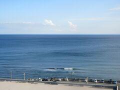 鎌倉プリンスホテルに戻って窓の外を見ると、今日は綺麗な湘南の海が見えました。