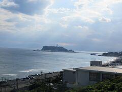 残念ながら江の島の右側に見えるはずの富士山は見えません。明日を期待します。 少し休憩して、