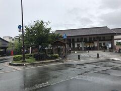 城崎温泉駅下車。 駅前ロータリーより。  ロータリー左手(赤いポスト)にはさとの湯がある。さとの湯は駅より徒歩数十秒の近さ。まさに駅前温泉。