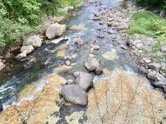 ホテル側に橋を渡って行くと  川の底が板状の岩になっています  もう少し水量が多いと  その上を白く線状に水が流れて  白絹のように見えるらしい  この日は板状の上を水が流れてませんのでバツ  猛暑続きですからねー