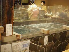 少し迷いながら、JP博多ビル1階にある有名な海鮮料理のお店 「河太郎博多駅前店」へ11時ちょうどに入りました  予約でほぼ満席らしき人気店のようですね 私たちはカウンター席でしたので、生簀と調理の様子がよく見えました