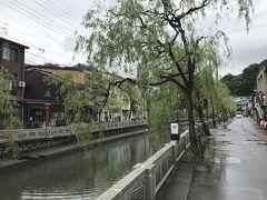 城崎温泉の町並み。 城崎温泉の温泉情緒、枝垂れ柳。