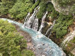 青い池から、数分車を走らせると 白ひげの滝があります。
