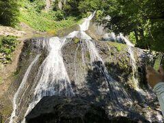 そして右側には、対照的に繊細な水流を見せる幅広い滝。