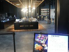 「月のホテル」には日本酒バーあるんです。 右奥に見える見える🍶  夜のお楽しみ❤️