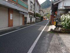 これから、寄り道などしつつ、日奈久温泉へ向かう。 まずは、みなくるおれんじバスで、水俣駅へ。 旅館のすぐ前に停まるので、バス待ち。 待っていると、ちょうど、トレイルランの大会があったようで、ランナーの方々が走り過ぎていった。 頑張って~!と手を振ってみた。