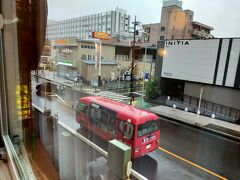 黒湯とかいた温泉のバスが前から出てました。