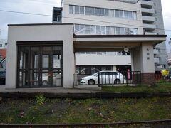 日銀旧小樽支店の近くには何やら駅っぽいものも。  コチラは色内駅跡地。 1912年に色内仮停車場として旅客専用の駅として開設されたのですが。 数年で休止、再度再開されるもまた休止。 その後1949年から復活しましたが手宮線の旅客廃止に伴い完全に廃止された駅。