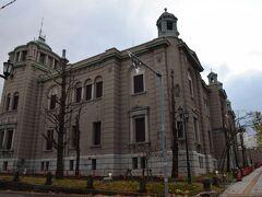 線路の近くには日本銀行旧小樽支店金融資料館。  綺麗すぎる修復のような気もしますが、立派な建物。 コチラは東京駅で有名な辰野金吾氏設計の建物で1912年の建築。 もうすぐ110年の年月が経つのですが、全く色褪せないですね。