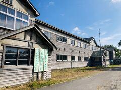 子はすでに爆睡中。安心して自分の興味を満たしながら帰ります。 こちらは道内最大にして最古の木造校舎、旧増毛小学校です。北海道遺産にもなっています。