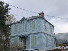 開智学校の隣にライトブルーの色遣いが印象的な、アーリーアメリカン様式のコロニアル建築。