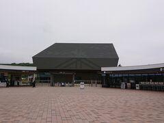 正面見える建物が、国立アイヌ民族博物館です。 その手前に、入退場ゲートがあります。  両脇には、レストランやカフェやショップがありました。 ここは、入場チケットがなくても、利用できるスペースです。 エントランス棟というそうです。