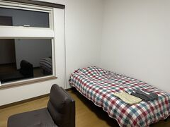 18:30過ぎ今宵の宿、民宿わたなべに到着。 部屋は洋室。ベッドはやわやわな簡易型なのが残念。 部屋自体は居心地は良いんですけどね。