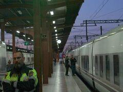 21:30ごろにチャマルティン駅に到着。荷物を降ろして駅舎に入ると、それほど大きな駅ではなく、つくりも簡素で、乗り場はすぐにわかった。  エレベーターでプラットフォームに下り、停車中の夜行列車を写真に収めた。改札は警備も兼ねているのか、写真を撮ったら注意された。