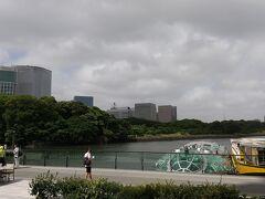 向かって左がコンラッド、右手が浜離宮。どちらもしばらくいってないなあ。ていうか、会社以外の東京自体相当久しぶりです。人は結構少ない感じでした。 コロナの影響?それとも台風かな。風も結構強い感じでした。