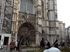 大聖堂前で一休み  このネロとパトラッシュ像、もうちょっとアニメに忠実に表現できなかったんかなぁ・・・と^^;ついつい思ってしまいます。
