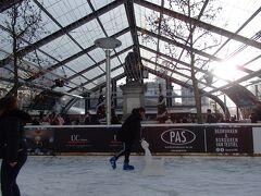 フルン広場のクリスマスマーケット  ルーベンス像を中心に設置されているスケートリンク