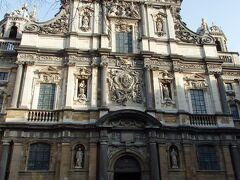 次にやってきたのが聖カルロス・ボロメウス教会  イエズス会により1615年から約6年の月日をかけて建てられた教会です。  教会前は石畳の美しい広場になっています。