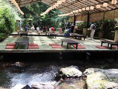 時間になりましたので川床でお食事です。 「兵衛」  下を川が流れていて本当にクーラーなしでも涼しい。