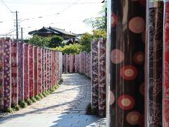 嵐山駅到着  京友禅の生地をアクリルで包み、高さ2mのポール状にしたもの600本 壮観