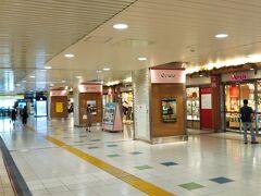 在来線の改札内にある「エキュート上野」で買い物。