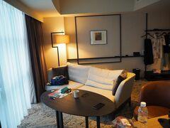 窓スペースが2部屋分ある細長くて面白い部屋でした 私は殆どの時間をこのソファーで過ごしました (自宅でも同じようなソファーで過ごしています)