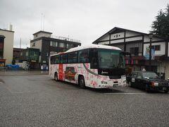 福岡空港まで510円、博多駅まで610円です 西鉄福岡(天神)へ行くには西鉄電車の方がリーズナブルかつ早く着けます  観光バスタイプで乗り心地が良さそうですね