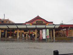 太宰府駅の外観 素敵な駅舎だと思います  ここから福岡空港まで太宰府ライナーバスが出ているので、乗ることにします 所要時間が半分、運賃も2/3とお得です