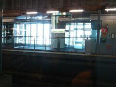 青函トンネルを通り、北海道に入って最初の駅、木古内に到着。  「いさりび鉄道(旧江差線)」の乗り換え駅です。 いさりび鉄道はここから新幹線とほぼ平行して函館方面まで走っていますが、現在でも貨物列車はいさりび鉄道経由で、北海道と本州の間を走っています。  ただ、青函トンネルは一つなので、トンネル内で新幹線と貨物列車がすれ違うことがあります。 その際、風圧で貨物列車に影響が出てしまうので、現在、新幹線は速度を160キロに落としてトンネルを通過してます。