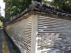 増上寺を見学した後は、大門通りを戻ります。 途中に、練壁が有形文化財に登録されている廣度院があります。