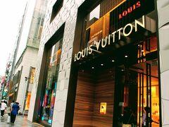 マロニエ通りの左右にはヴィトンの他私でも知っているけど縁のないブランド店が並ぶ。