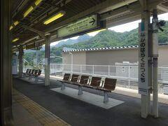 長野原草津口駅。草津温泉へ行くバスが発着している。 現在は特急電車がここまで乗り入れてくる。