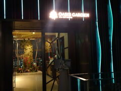 左側にOASIS GARDENというレストラン。こちらはディナー営業中。 明日の朝ごはんもこちらでいただけるそうです(クラブラウンジでの朝食提供は休止中とのこと)