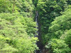 その奥に見える「不動の滝」。 不動大橋は、ここから名付けられているらしい。