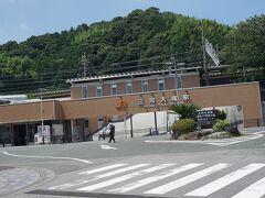 ●JR三河大塚駅  とっても綺麗な駅舎です。 もともとこの駅は、近くの海水浴場を利用する人たちを対象とした夏限定の臨時駅だったようです。1953年のことです。 そして1960年、地元の人たちの懇願により、常設の駅として格上げされました。 近くにラグーナテンボスというリゾートがあり、最寄り駅になっています。 この日も、お迎えの車が止まっていました。