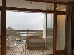 本当は箱根の山々と相模湾が見えるはず。 テラスに露天風呂