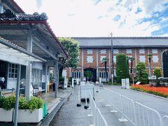 雨雲が通り過ぎたので、いざ富岡製糸場へ。 入場料は1,000円。 感染防止対策でガイドツアーや、一部展示や映像上映等が中止にはなっていました。