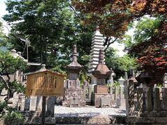 長野善光寺に来ました。 三度目ですね。  今回は善光寺裏の一番近い駐車場に駐められたわ。  裏口から入ると徳川家ゆかりのお墓があります。
