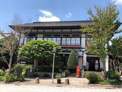 この趣のある建物は善光寺郵便局。 赤いポストが良いね。(^_-)-