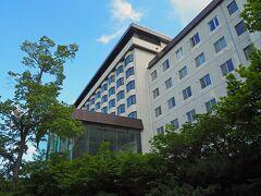 「ニュー阿寒ホテル」。2食付き格安プラン(9400円/一人)でしたが、じゃらんクーポン、期限切れそうなポイントを使って、5900円で泊まれました。食事はビュッフェスタイルです。  「ニュー阿寒ホテル」には、シャングリア館とクリスタル館があり、前者の方がグレードが高くなっています。私達はもちろんクリスタル館(笑)この日は修学旅行生がいるとのことで、「この時間はお風呂が混み合います」のお知らせがありましたが、見るとちょうど夕食の時間帯。食事会場はもちろん別ですし、フロアも別だったようで全く問題はありませんでした。  古いホテルみたいで、外観はともかくロビーや部屋、廊下などはふるさが目立ちました。水音はめちゃくちゃ聞こえて、夜中に目が覚めるほど。車中泊をしている身としては問題なしだったりしますが、気になる方にはオススメできません。  一番のオススメは、水着or湯浴み着で入れる天空ガーデンスパ(混浴)です。細かいところは全く問題にならなくなるくらい良かったです(*´▽`*)